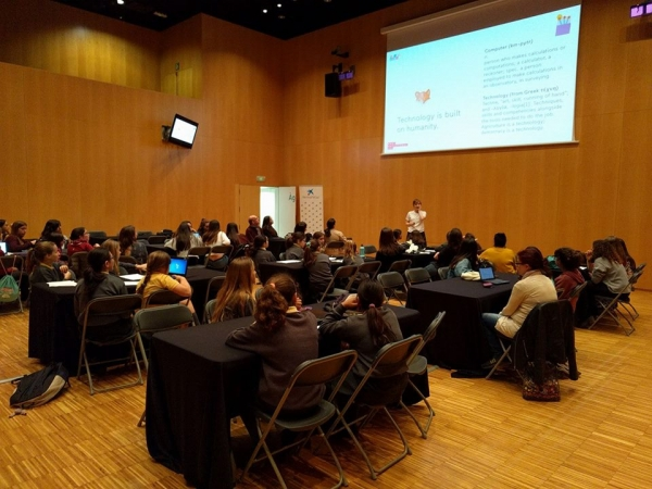 Las chicas de Technovation Challenge con Linda Liukas a STEAMConf Barcelona 2017